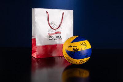 Piłka z autografami pierwszej reprezentacji kobiet w Piłce Siatkowej.